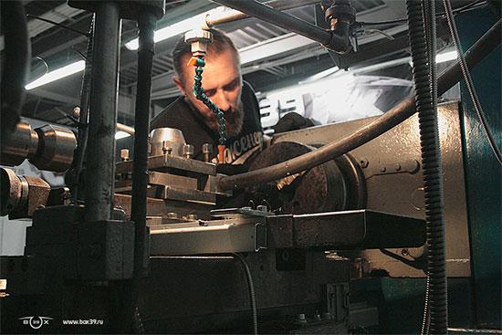 Изготовление стыковочных мест на трубах с помощью специальной приспособы для токарного станка и отрезной коронки box39 мотоцикл