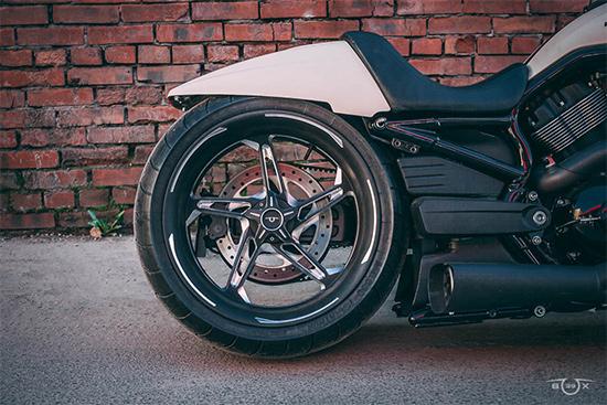 Harley-Davidson V-ROD. Заднее колесо на консольном маятнике. Стилизация мастерской box39