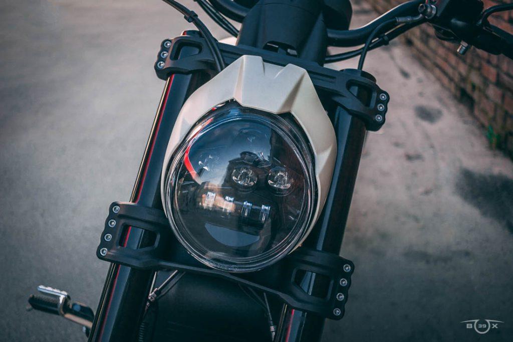 Harley-Davidson V-ROD. Фрезерованный щиток фары и фрезерованные траверсы. Стилизация мастерской box39