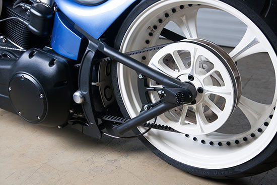 Заднее колесо и шкив ремня кастом мотоцикла Sali box39 на базе Harley-Davidson Softail