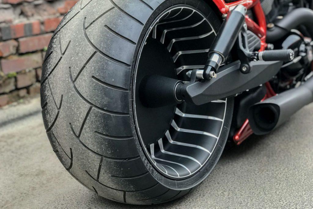 Harley-Davidson V-ROD «ORANGE». Заднее фрезерованное колесо и маятник. Порошковая покраска и проточка.
